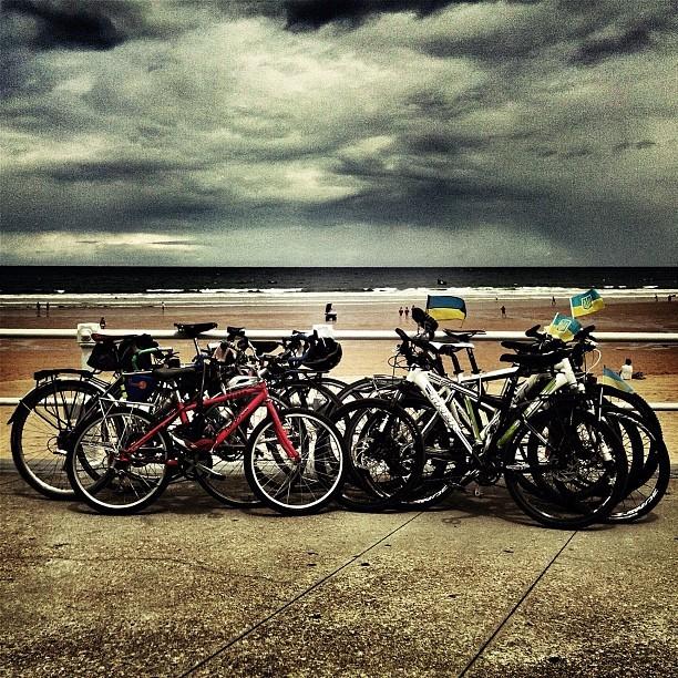 Bicis aparcadas en el Muro de Gijón. Bike park in Gijón (Photo: Victor Suarez)