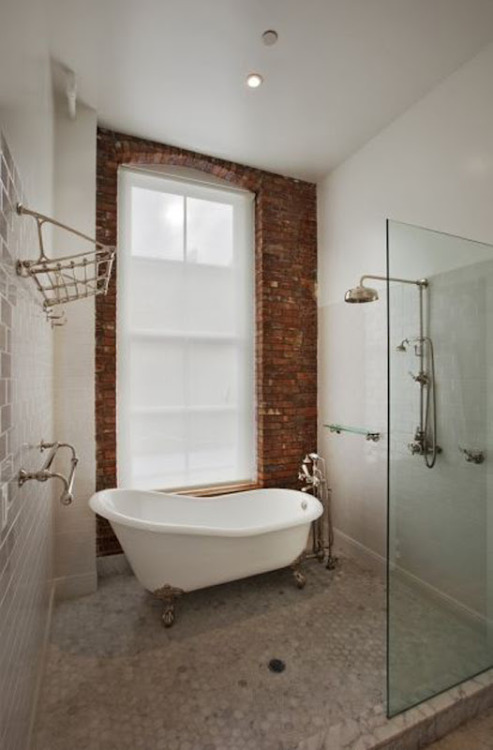 bricks and bathtube (via L O L I T A )<br /><br /><br />