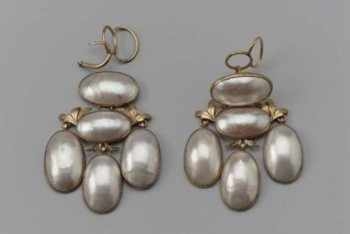 Girandole style earrings with five oval shaped coque de perle, a pearl-like stone that is cut from the Indian nautilus shell and is similar to a blister pearl. (via Museum of Fine Arts, Boston)