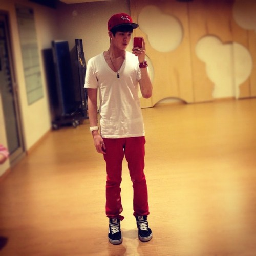 @btobpeniel 빨간 청바지 빨간 모자 ㅋㅋ 파란색도살가 고민중 >< red jeans and red hat hehe deciding whether to get blue as well…><