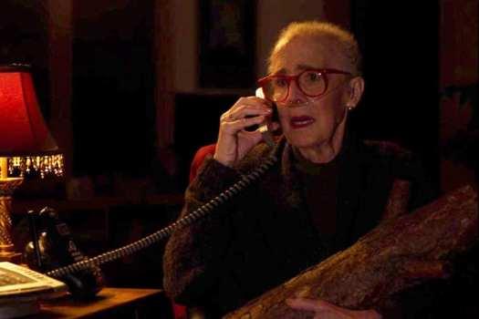 twin-peaks-the-return-2017-020-margaret-log-lady-on-phone