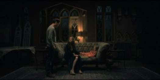 Hugh, Olivia, and young Nell Crain in Netflix's The Haunting of Hill House