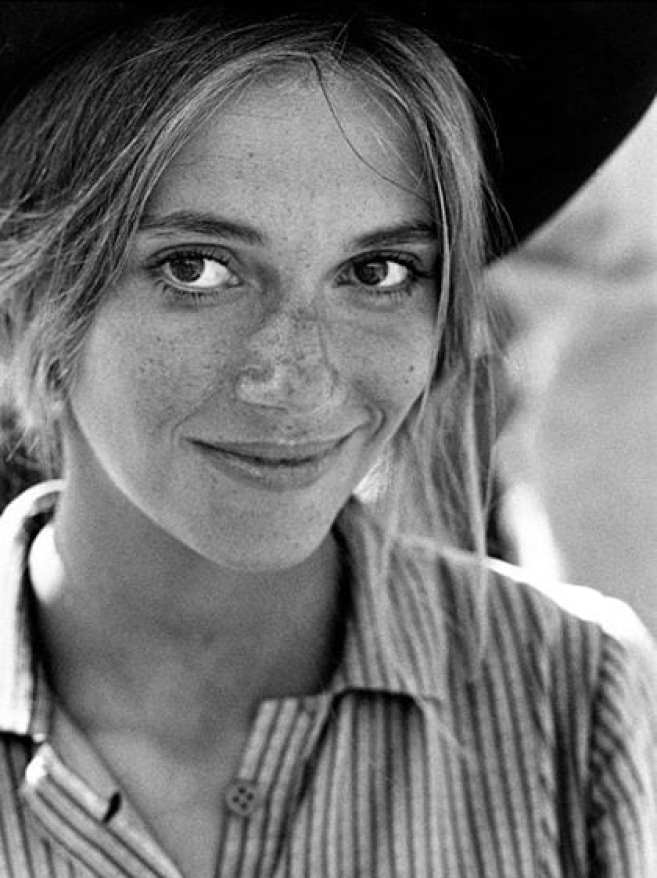 Peggy Lipton in 1967 wearing a hat and smiling