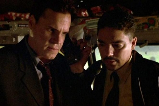 Detective Joseph Thorne (Craig Sheffer) and his partner Tony Nenonnen (Nicholas Turturro) observe a strange sight in Hellraiser: Inferno.