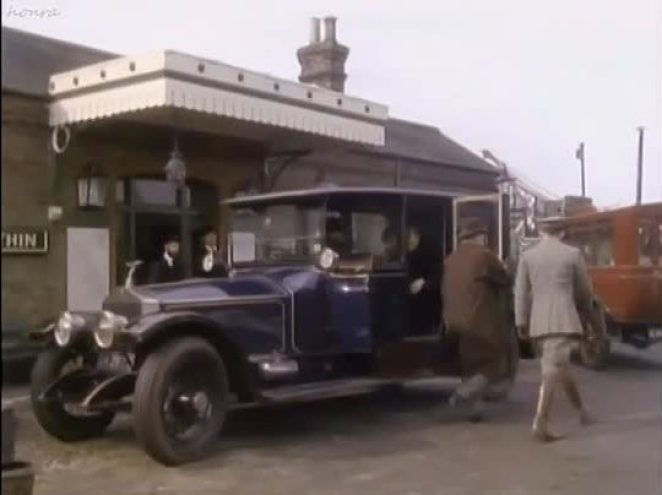 a car from the 1920s outside Crythin Gifford train station