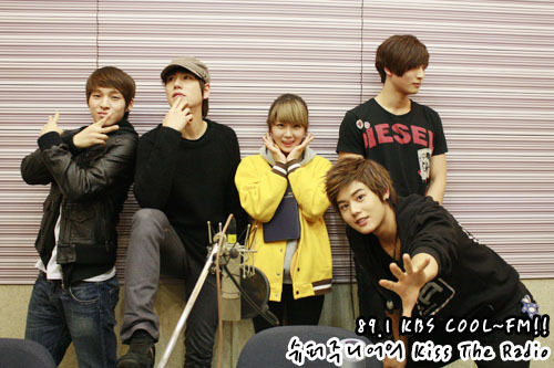101230 Super Junior's Kiss the Radio  2010 라디오 동창회 시즌2..막내편! 2010 Radio Reunion Season 2..Maknaes! 역시..막내들이라서 그런가요?? Of course..Is it because they are maknaes?? 모이니까풋풋하네요..>_< When they are gatheredThey are so young and fresh.>_<