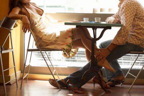 Sexo para parejas - disfrutando debajo de la mesa