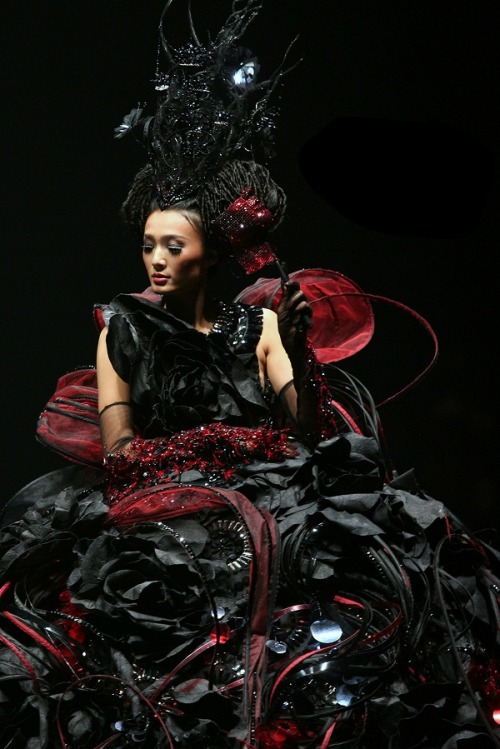 Guo Pei / Hong Kong Fashion Week Fall/Winter 2010/11.