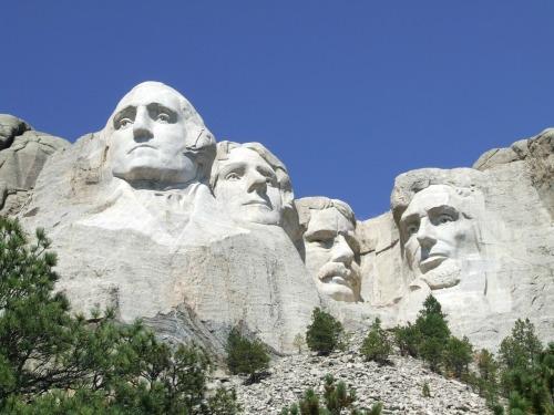 Mount Rushmore National Memorial es sede de casi tres millones de visitantes al año de todo el país y alrededor del mundo.  Ellos vienen a admirar la majestuosa belleza de las colinas negras de Dakota del Sur y para aprender sobre el nacimiento, crecimiento, desarrollo y la preservación de nuestro país.  Durante las últimas décadas, el Monte Rushmore ha crecido en fama como un símbolo de Estados Unidos-un símbolo de libertad y esperanza para las personas de todas las culturas y procedencias.  Todas las culturas que conforman el tejido de este país están representadas por el monumento y sus alrededores Negro Hills.Photo: Servicio de Parques Nacionales