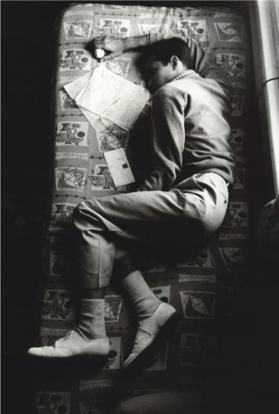 eeelizabeth:snakecharmer:   Anthony Perkins sleeping between takes on the set of Psycho, 1960. (via unpunk)
