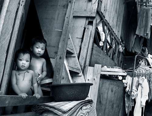 image of two children living in a depressed area in Manila