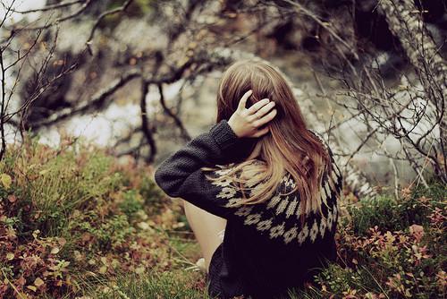 gessicaalways:  Apontar o dedo pra alguém é fácil, difícil é colocar uma mão inteira na cabeça e reconhecer os próprios erros ocultos por pura hipocrisia.