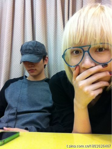 fyjunho:  Jia posted this on her weibo (Chinese twitter) back on the 21st. Her caption reads:  At concert practice <~ Who is this next to me with the sexy lips?!!!!!?!!!^^