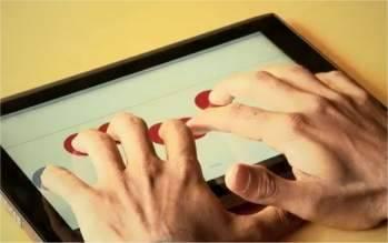 """TABLET - PARA ESCREVER EM BRAILE<br />Pesquisadores da Universidade de Stanford, nos Estados Unidos, criaram um tablet que permite escrever braile usando a tela sensível ao toque. """"Originalmente, nossa intenção era criar um aplicativo de reconhecimento de caracteres que pudesse usar uma câmera de um dispositivo móvel - um celular ou um tablet - para transformar páginas em Braille em textos correntes,"""" explica Adam Duran, idealizador do projeto. Mas os problemas começaram a pipocar rápido. """"Como é que uma pessoa cega vai orientar uma página para que o computador saiba qual é o lado de cima? Como uma pessoa cega vai garantir a iluminação correta de toda a página,"""" explica Duran. Logo ficou claro para ele e seus colegas Adrian Lew e Sohan Dharmaraja que o pulo do gato não era fazer um leitor Braille, mas um """"escrevedor"""" Braille. """"Imagine ser um cego em uma sala de aula, como é que você vai fazer anotações,"""" comenta Lew. """"E como fazer se você estiver na rua e precisar anotar um número de telefone? Estas são questões reais com que as pessoas cegas se deparam no dia-a-dia.""""Tablet para escrever em Braille Uma máquina de escrever Braille moderna se parece com um notebook sem tela, com um teclado de oito teclas - seis para criar o caracter, mais um enter e um delete. O maior desafio foi criar uma forma para que uma pessoa cega pudesse encontrar as teclas em uma tela sensível ao toque comum, que é plana, sem nenhuma saliência. Então, em vez de criar teclas na tela que o usuário precise localizar, os cientistas inverteram o processo: o usuário coloca oito dedos simultaneamente sobre a tela e o programa leva as teclas virtuais até cada um dos dedos. Se o usuário ficar perdido no meio da digitação, basta tirar todos os dedos da tela e começar de novo. Os cientistas afirmam que um tablet Braille deverá custar um décimo do preço de uma máquina de escrever Braille tradicional"""