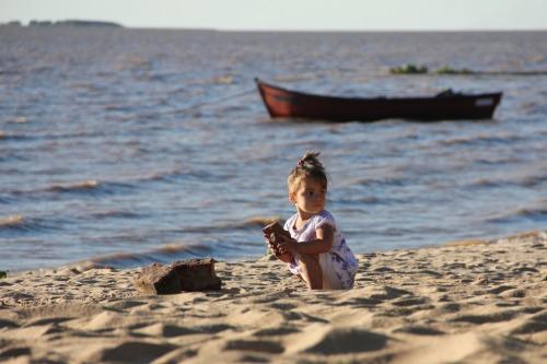Nena jugando en la playa