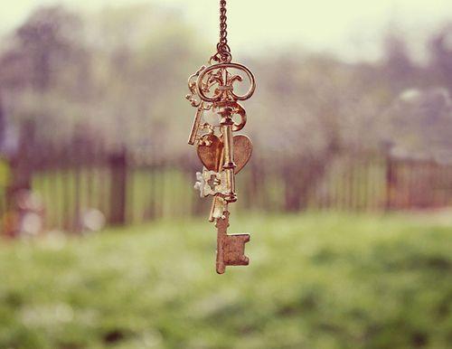 rwnaq:  لَا تَمنحُوا مفَاتِيح قلُوبكُم لِأحْد لَا تُضيعُوهَا فِيْ حَقائبِ الرَاحلِين وَ لَا تَسْمحُوا لِدهْشَة الفرَاق بِأنْ تَدفعُكم بِنسْيَانهَا عَلىْ رفُوفِ الأمْس حَافظُوا عَليهَا , أغْرِسُوهَا بِجوَارِ نَوافِذكُم اهْتمُوا بهَا , اطْلوهَا بِالنّوايَا الطَيبَة , وَ خَضبُوهَا بِالبيَاض احْرصُوا عَلىْ أنْ لَا تصْدَأ بِأحقَادِ البَشْر رونـق