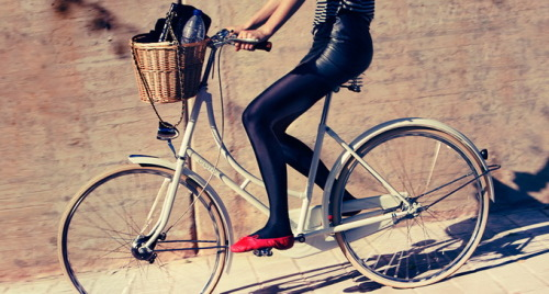 sexy-cycling:</p> <p>great skirt
