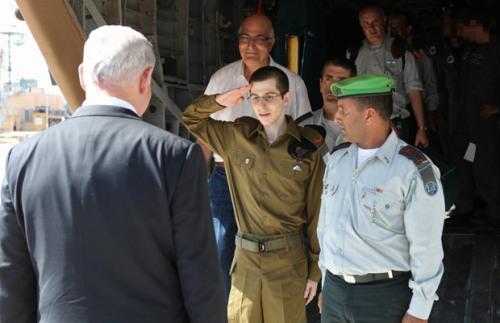 Gilad Shalit (C) salutes Israeli Prime M