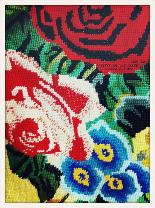 Détail de broderie façon tapisserie en backstage du défilé Dolce&Gabbana