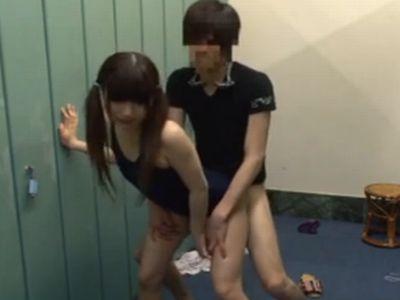 スクール水着の少女を更衣室でレイプする鬼畜男