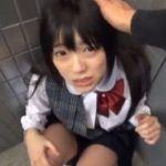 公衆トイレでイラマチオ責めされるツインテールの美少女