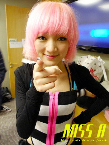 110117 [Official] miss A  Breathe, 대기실에서: 지아의 핑크머리 그리우시죠? Breathe, in the waiting room: You miss Jia's pink hair, right?