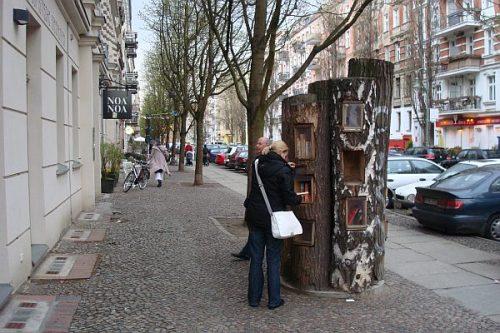 """ÁRVORES MORTAS VIRAM BIBLIOTECAS EM BERLIM!</p><p>As """"árvores bibliotecas"""" ficam localizadas no bairro Prenzlauer Berg em Berlim. E o melhor não há, quem fique no local para anotar os empréstimos ou dar baixa nas devoluções. Para manter os livros sempre disponíveis, conta-se apenas com o bom senso dos leitores.</p><p>Com certeza, essa é uma estratégia genial ao estímulo a leitura."""