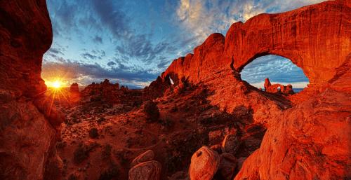 Parque Nacional Arches, en Utah conserva más de 2.000 arcos naturales de piedra arenisca, como el arco delicado de fama mundial, así como muchas otras formaciones rocosas inusuales.  En algunas áreas, las fuerzas de la naturaleza han expuesto a millones de años de historia geológica.  Las características extraordinarias del parque de crear un paisaje de colores contrastantes, los accidentes geográficos y las texturas que es diferente a cualquier otra parte del mundo.  Foto: Jim Karczewski - Servicio de Parques Nacionales