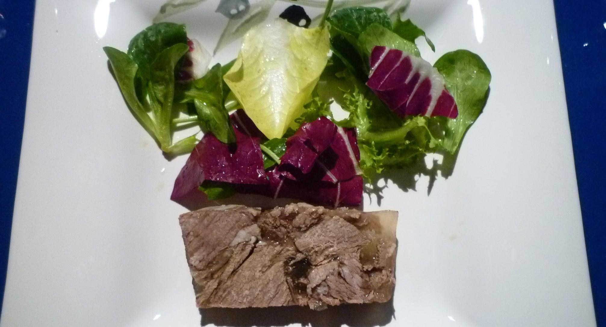 Fleischterrine mit kleinen Salat