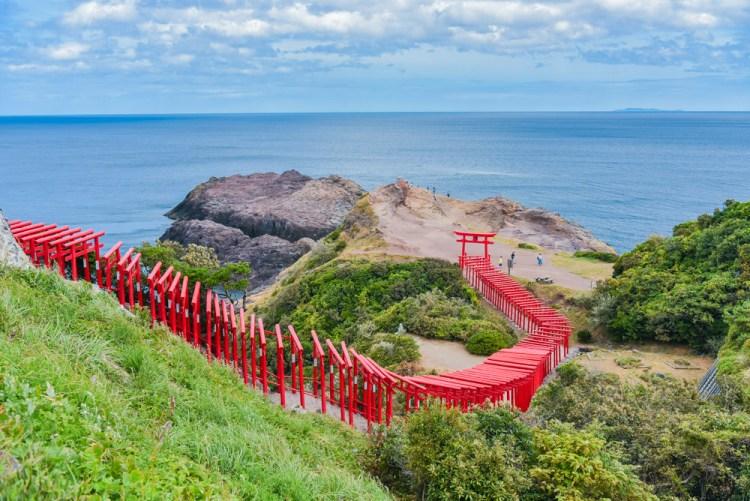不自駕也能【山口縣】一日遊:CNN評選為日本34個最美景色「元乃隅稻成神社」、死前必看的美景「角島大橋」