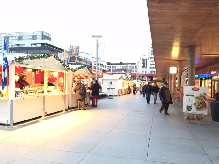 La dalle du colombier illuminée par les chalets de Noël