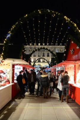 La nuit tombe sur le marché de noël de Nantes