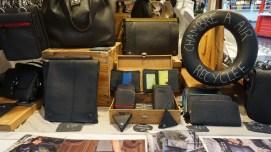 Vente d'accessoires en chambre à air recyclée sur le marché de Noël de Nantes