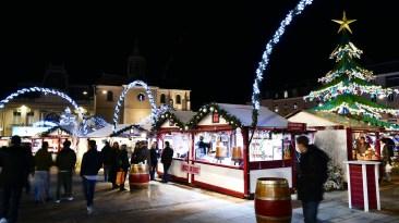 Chalets à vin chaud sur le marché de Noël du Mans