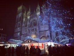 Chalets du marché de Noël de Rouen et illuminations devant la Cathédrale