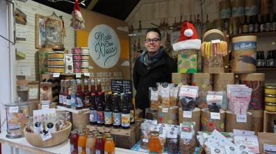 Chalet vendant des coffrets de produits locaux sur le marché de Noël de Nantes
