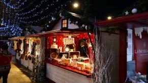 Allée de chalets sur le marché de Noël du Mans