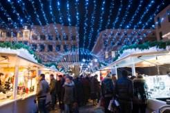 Illuminations entre les chalets du marché de Noël de Rouen