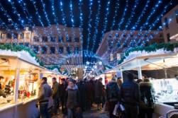 Promenade sous les arches lumineuses au Marché de Noël de Rouen