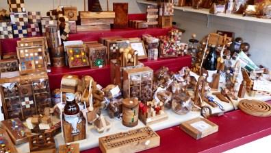 Jeux de société et casse-têtes en bois sur le marché de Noël du Mans