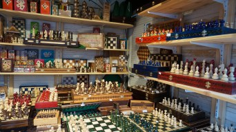 Jeux en bois vendus sur l'un des chalets du marché de Noël de Nantes