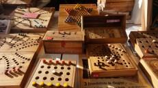 Jeux de société en bois exposés dans un chalet du marché de Noël de Nantes
