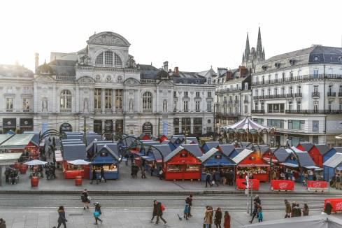 Vue d'ensemble des chalets du Marché de Noël d'Angers Place du Ralliement