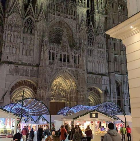 Les promeneurs arrivent en fin de journée au Marché de Noël de Rouen