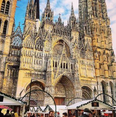 Cathédrale de Rouen surplombant le marché de Noël
