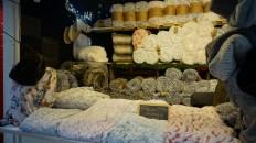 Chalet vendant plaids et tours de cou sur le Marché de Noël de Nantes