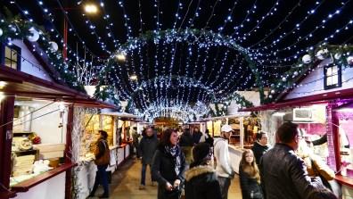 Allée illuminée sur le marché de Noël du Mans