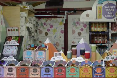 Chalet vendant du thé à des prix très variés sur le marché de noël