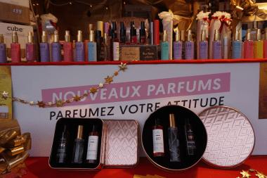 nouveaux parfums exposés sur un marché de noël