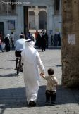 Two generations on the way to the mosque